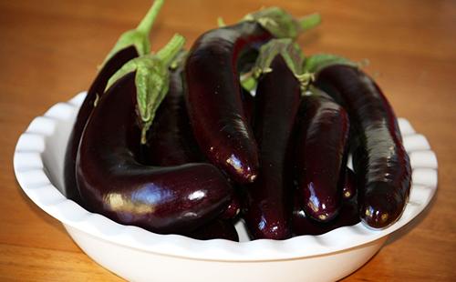 Фиолетовые баклажаны в белом блюде