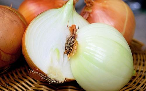 Разрезанная пополам луковица