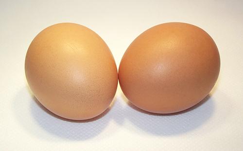 Два кремовых яйца в скорлупе