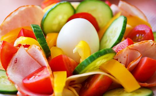 Аппетитно нарезанные помидоры, огурчики и яйцо в середине