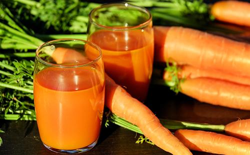 Морковь и сок в стеклянных стаканах