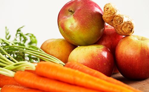 Яблоки, морковь и кусочек имбирного корня