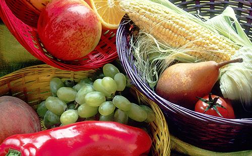 В корзинах кукуруза, груша и виноград