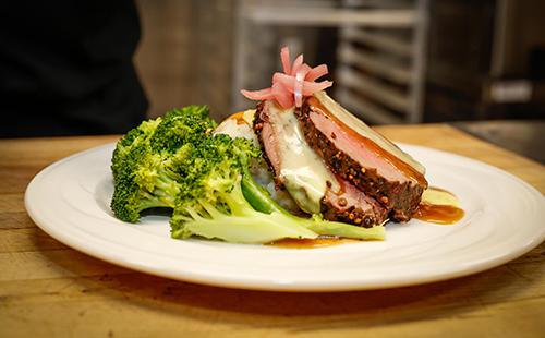 Брокколи и мясо на тарелке