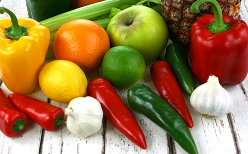 Разноцветные перчики, чеснок и фрукты