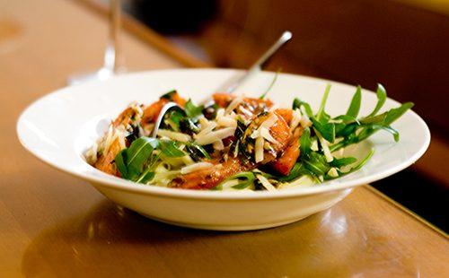 Паста с овощами в белой тарелке