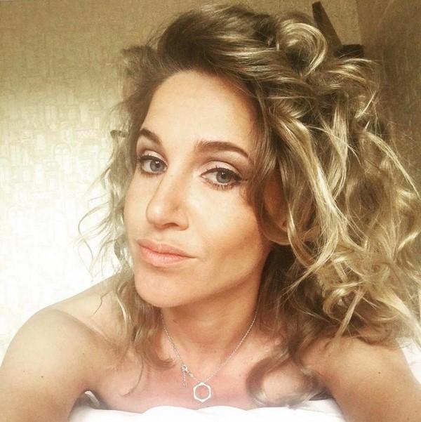 Звезды в кровати: сонная, но прелестная Юлия Ковальчук в кровати делает селфи для поклонников