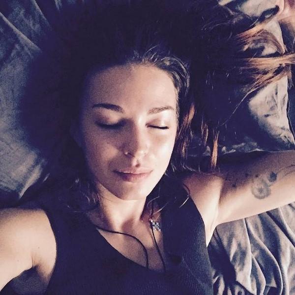 Знаменитости в постели: актриса Агния Дитковските в кровати наслаждается выходными