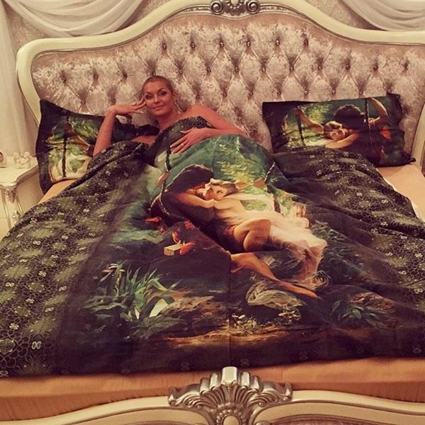 Звезды в кровати: блистательная Анастасия Волочкова даже в кровати смотрится как богиня