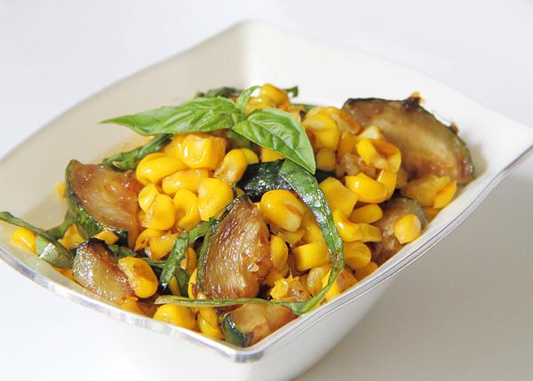 Салат с цукини и молодой кукурузой