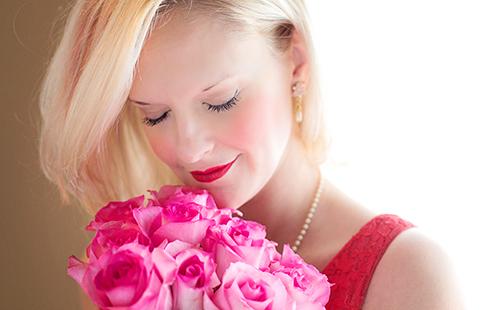 Роскошная блондинка с букетом роз