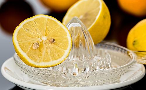 Ломтик лимона в ручной соковыжималке