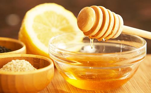 Свежий мёд и разрезанный лимон